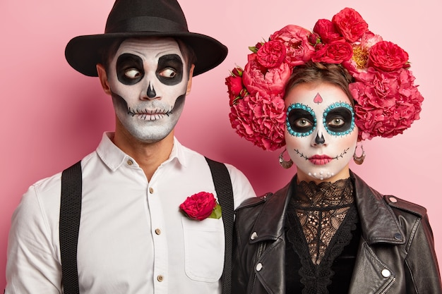 Art De Visage D'halloween. Femme Et Homme Se Tiennent Ensemble En Tenue Mexicaine Photo gratuit