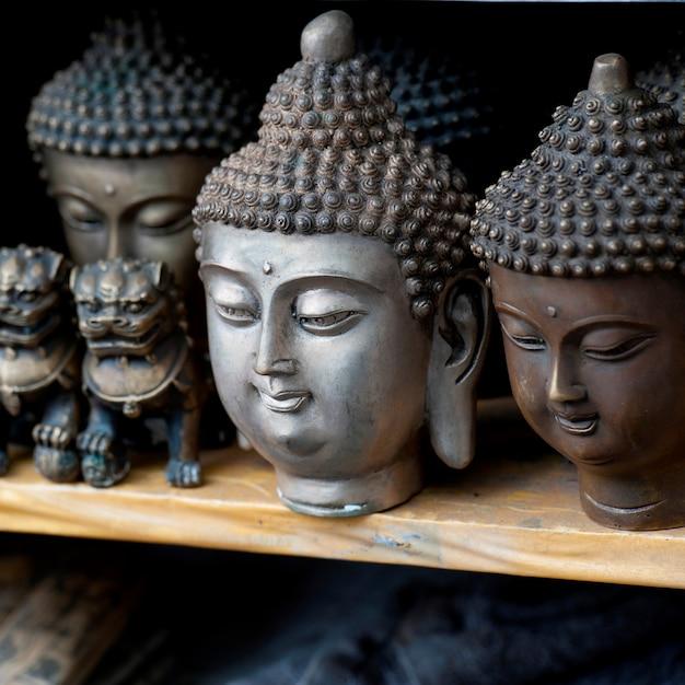 Des artefacts à exposer dans un étal de marché à shanghai, en chine Photo Premium