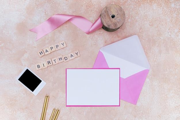 Articles d'anniversaire girly sur fond de marbre rose Photo gratuit