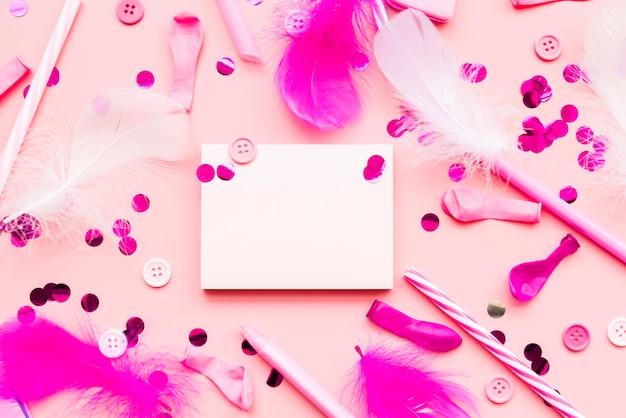 Articles décoratifs avec bloc-notes vide sur fond rose Photo gratuit