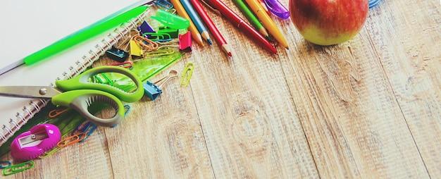 Articles d'école. c'est l'heure d'aller à l'école. mise au point sélective. Photo Premium