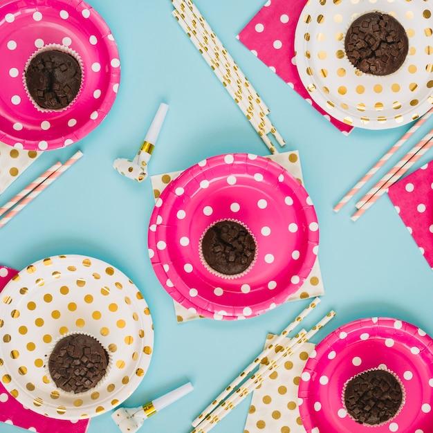 Articles de fête au milieu des cupcakes Photo gratuit