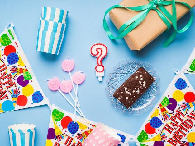 Articles de fête joyeux anniversaire plat poser Photo Premium