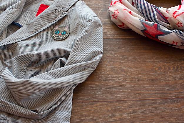 Articles De Garde-robe De Femme Sur Fond En Bois Photo Premium