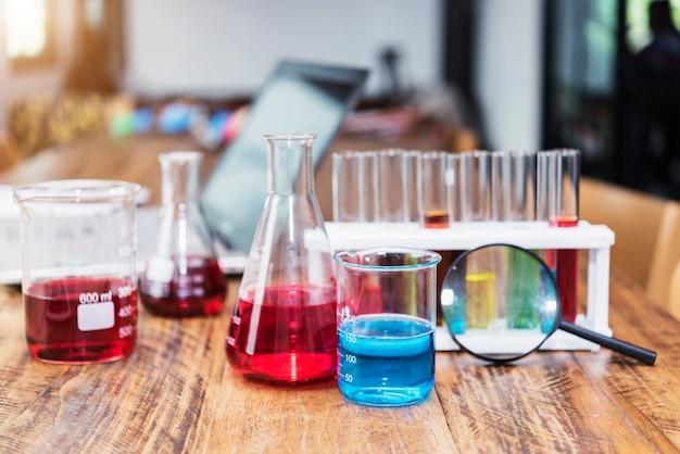 Articles de laboratoire sur la table en laboratoire ou à l'école. concept de science et d'éducation. Photo Premium
