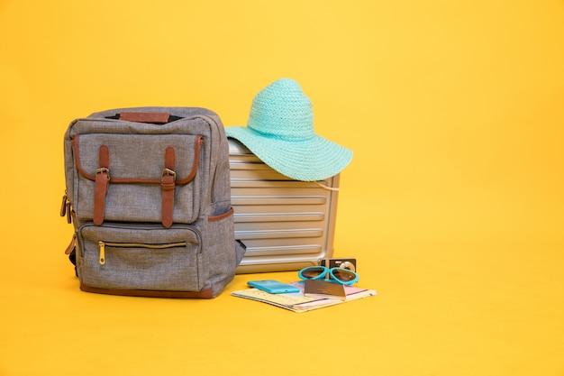 Les articles liés aux voyages comprennent les sacs vintage, les chapeaux, les appareils photo, les cartes, les lunettes de soleil, les passeports et les smartphones. Photo Premium