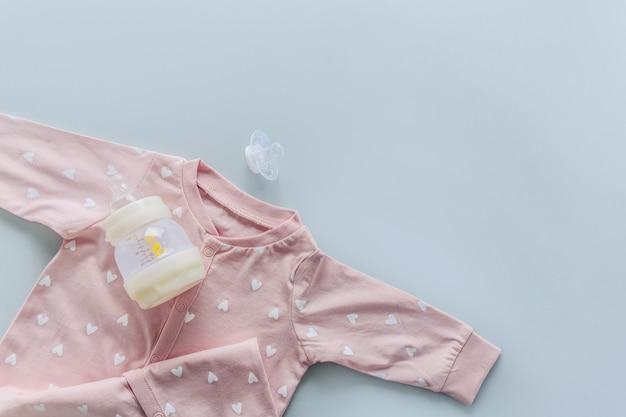 Articles pour bébé sur bleu clair Photo gratuit
