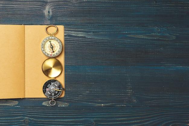 Articles de voyage sur table en bois. Photo Premium