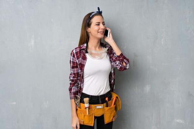 Artisan ou électricien en conversation avec le téléphone portable Photo Premium