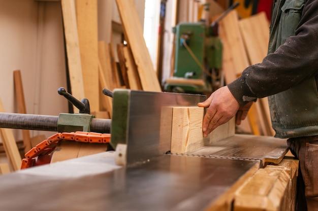 Artisan Travaillant Dans Son Espace De Travail. Menuisier En Menuiserie. Photo Premium