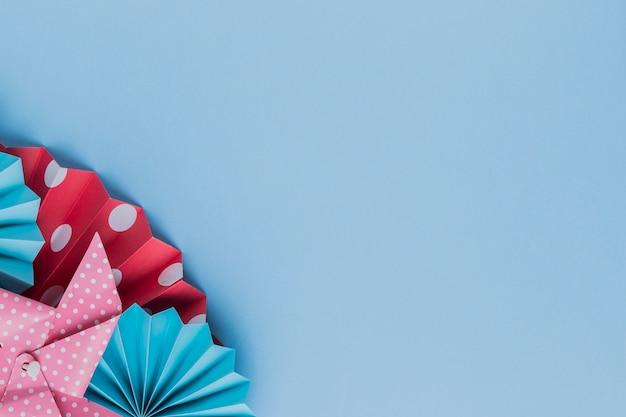 Artisanat en papier origami imprimé sur fond bleu Photo gratuit