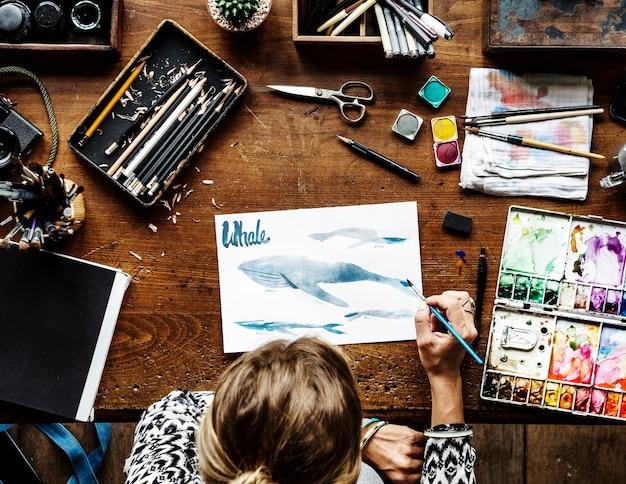 Artiste dessinant à l'aquarelle Photo gratuit