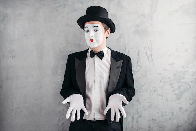 Artiste Mime Masculin Drôle Avec Du Maquillage Dans Des Gants Et Un Chapeau. Photo Premium