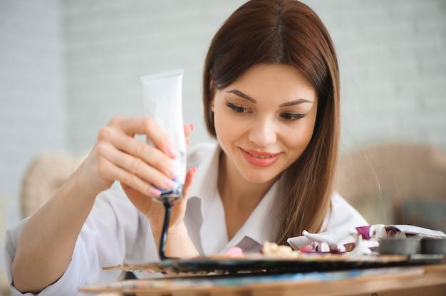 L'artiste, pinceaux à palette, couleurs différentes. Photo Premium