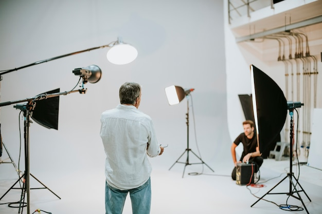 Artiste en studio avec matériel d'éclairage Photo Premium