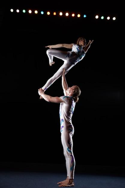Les artistes de cirque exécutent différentes astuces. Photo Premium