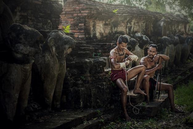 Arts martiaux de muay thai, boxe thaï au parc historique d'ayutthaya à ayutthaya, thaïlande Photo Premium