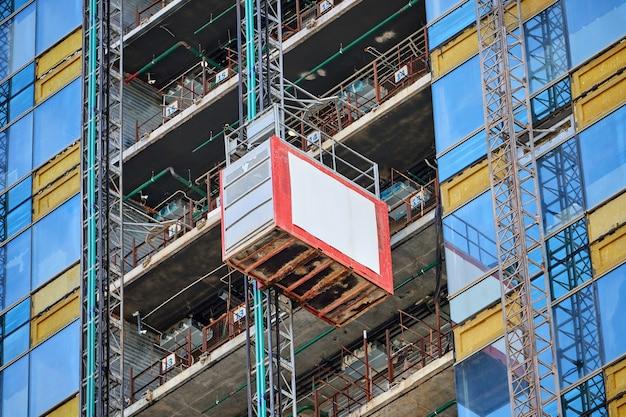 Ascenseur Sur Un Gratte-ciel En Verre En Construction Photo Premium