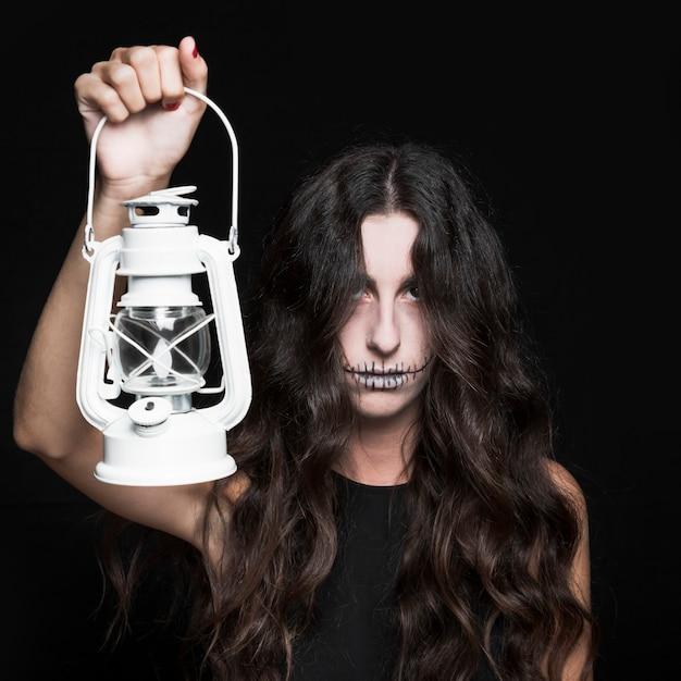Ashy femme tenant la lampe Photo gratuit