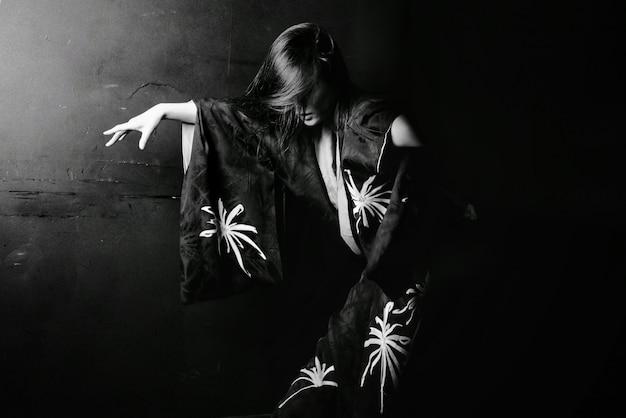 Asiat danse en noir et blanc Photo gratuit