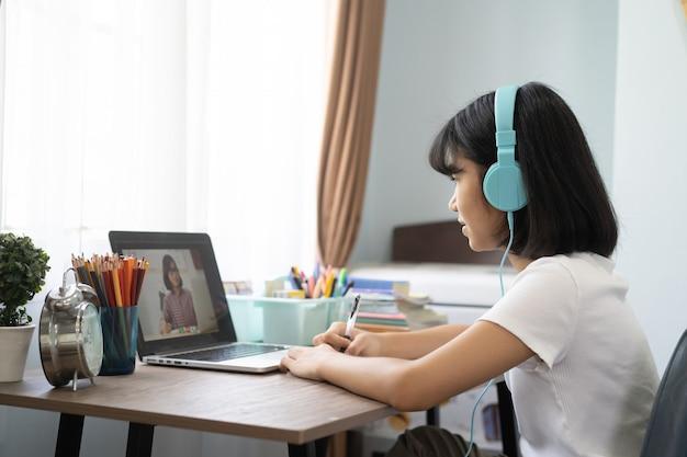 Asiat étudie Leçon En Ligne De Devoirs à La Maison, Concept D'idée D'éducation En Ligne à Distance Sociale Photo Premium