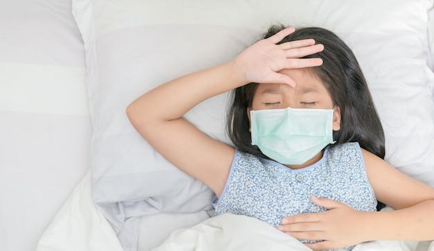 Asiat Porter Un Masque Chirurgical A Une Forte Fièvre Et Des Maux De Tête. Photo Premium