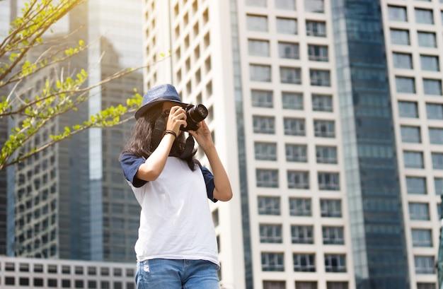 Asiat prendre une photo dans la ville Photo Premium