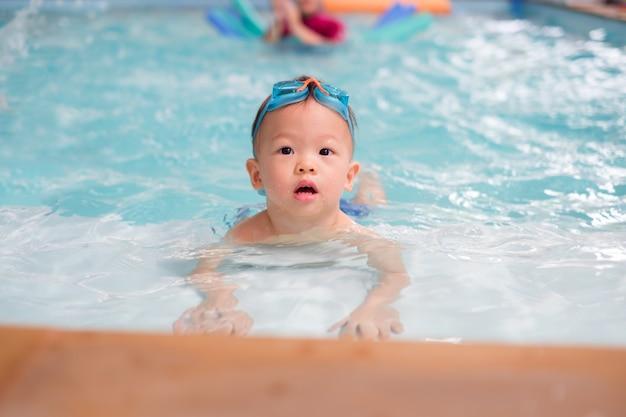 Asiatique, 1 an, enfant garçon, porter, lunettes natation, apprendre à nager Photo Premium