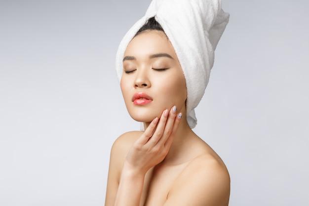 Asiatique belle fille souriante aux cheveux courts, montrant sa peau saine Photo Premium