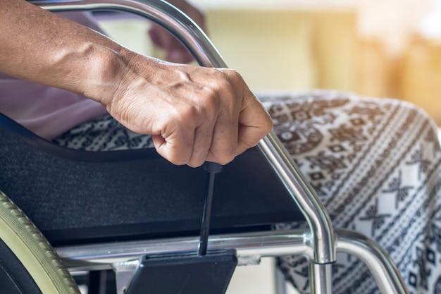Asiatique dame âgée ou âgée âgée patiente en fauteuil roulant si triste à la maison Photo Premium