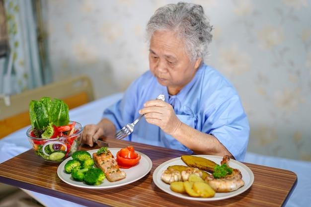 Asiatique, dame âgée, âgée, vieux, femme, patient, manger petit déjeuner Photo Premium