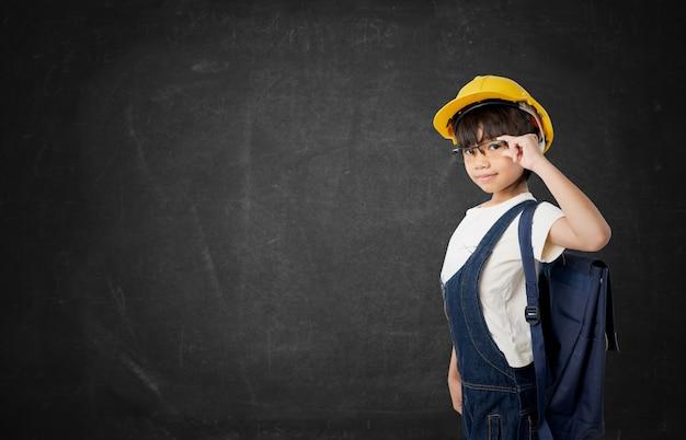 Asiatique étudiante thaïlandaise veut être ingénieur, ingénieur enfant isolé sur un tableau noir Photo Premium