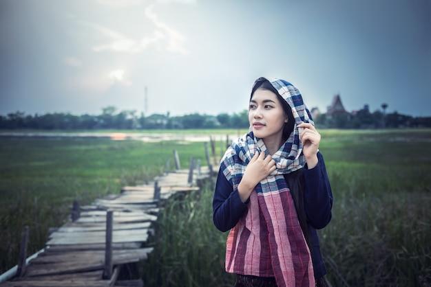 Asiatique femme agricultrice à la campagne de thaïlande Photo Premium