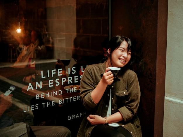 Asiatique femme buvant du café au café Photo Premium