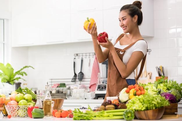 Asiatique, femme, cuisine, préparer, fruits, legumes, repas sain, salade Photo Premium