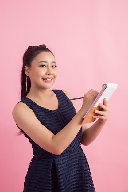Asiatique femme entrepreneur vérifier la commande du client Photo gratuit