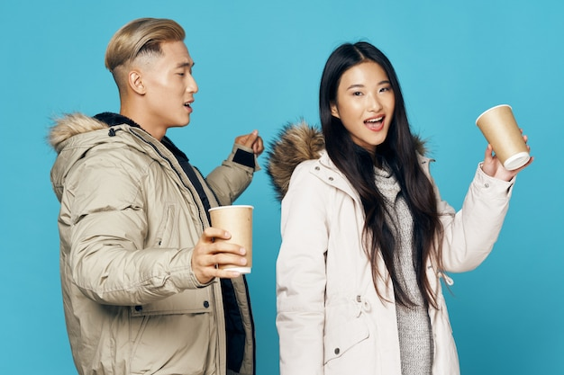 Asiatique Femme Et Homme Sur Fond De Couleur Vive Posant Modèle Ensemble Photo Premium
