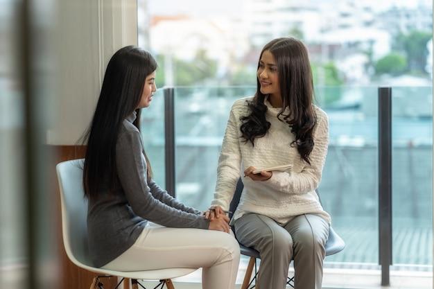 Asiatique femme médecin psychologue professionnel donnant la consultation aux patientes Photo Premium