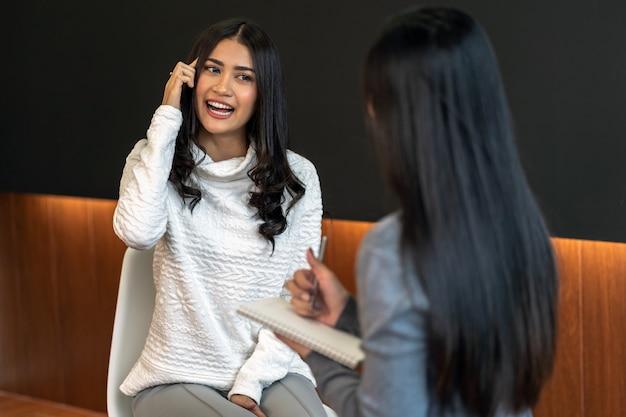 Asiatique femme médecin psychologue professionnel donnant la consultation à des patientes dans livi Photo Premium