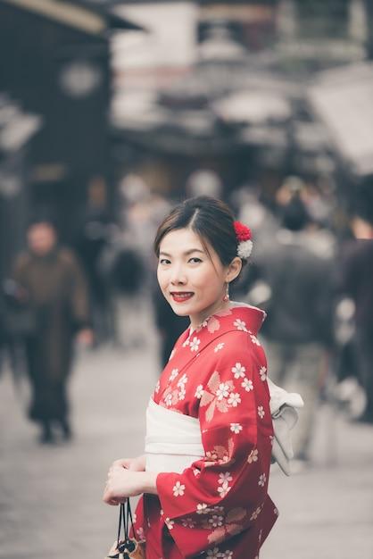 Asiatique femme portant un kimono japonais traditionnel marchant dans la vieille ville de kyoto Photo Premium