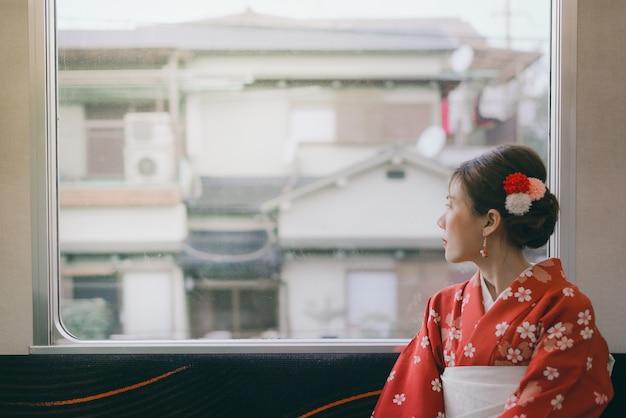 Asiatique, Femme, Porter, Kimono, Voyager, Japon, Classique, Train, Séance, Côté, Fenêtre Photo Premium