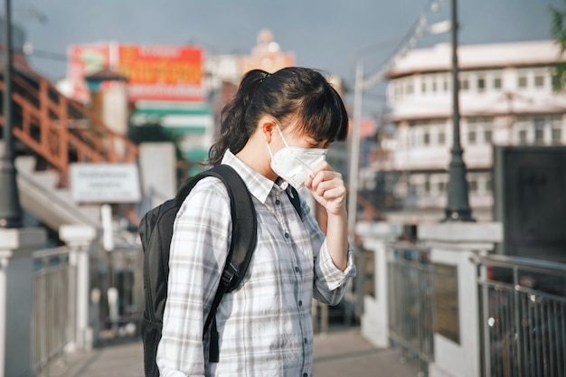 Asiatique, femme, porter, masque, toux, cause, pollution, air, ville Photo Premium