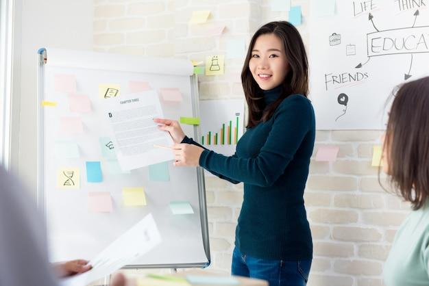 Asiatique, femme, prof, enseigner, étudiants, dans, classe Photo Premium