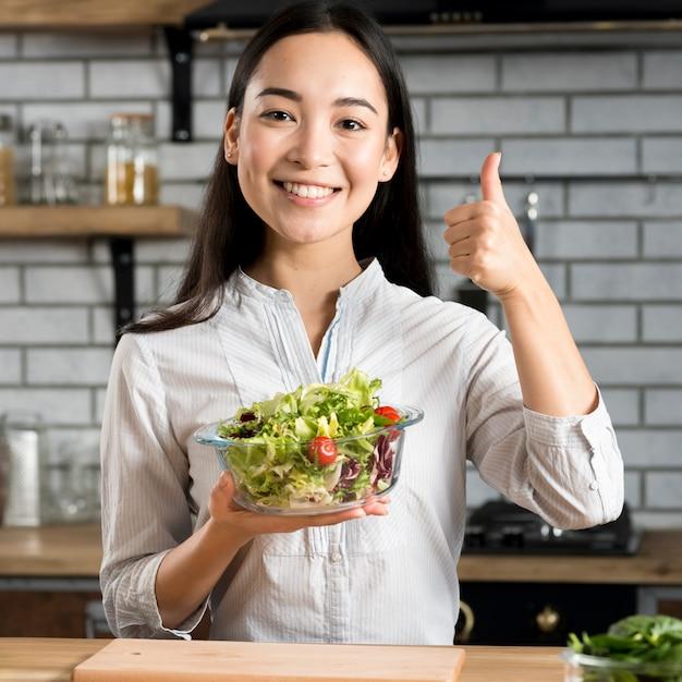 Asiatique, Femme, Projection, Pouce Haut, Signe, Tenue, Sain, Salade Légume Photo gratuit
