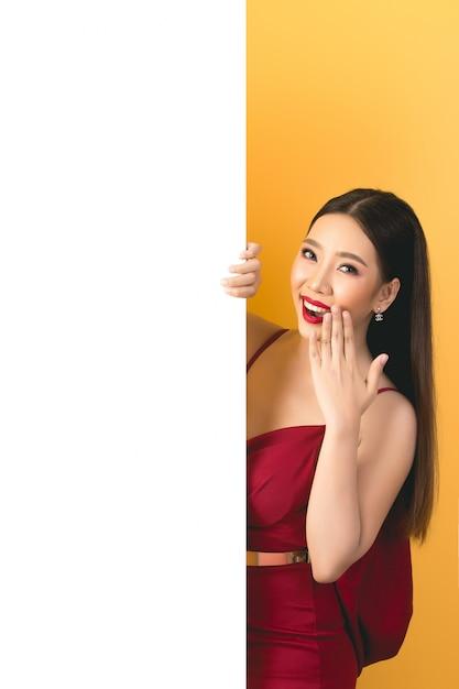 Asiatique femme tenant et levant à bulle de dialogue avec un espace vide pour le texte Photo gratuit