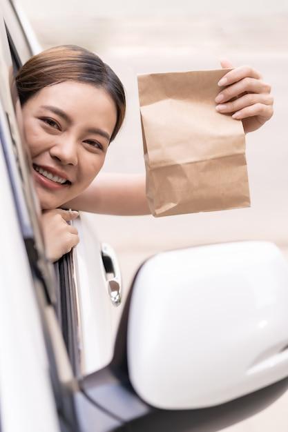Asiatique, Femme, Tenue, Nourriture, Sac, Drive, Thru, Service, Restaurant Photo Premium