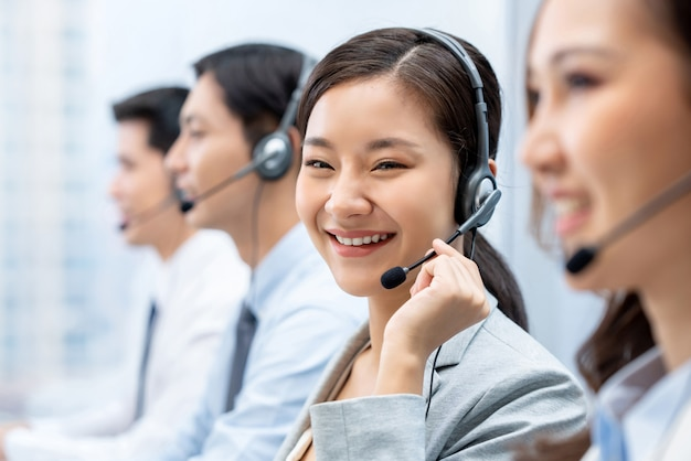 Asiatique Femme Travaillant Dans Un Centre D'appels Avec Une équipe Photo Premium