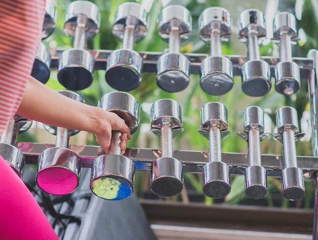 Asiatique femme travailler sur l'exercice à la perte de poids gym Photo Premium