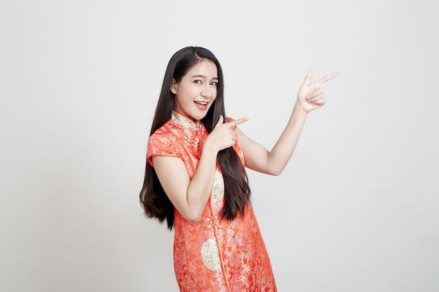 Asiatique femme vêtue d'une robe traditionnelle chinoise Photo Premium