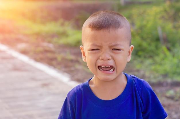 Asiatique garçon pleure dans la rue Photo Premium